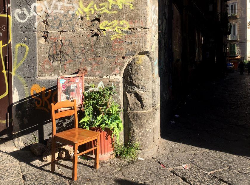 Une chaise vide, dans les rues de Naples