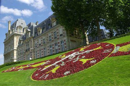 Horloge dans le parterre fleuri devant l'Hotel de Ville de Versailles