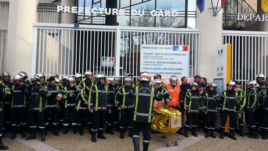 Manifestation des pompiers volontaires devant la préfecture du Gard