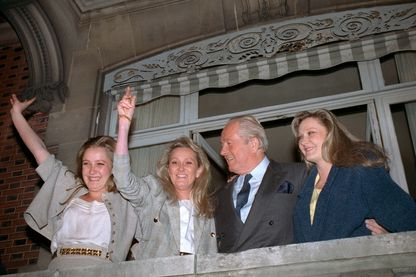 Jean-Marie Le Pen entouré de ses filles : Marine, Yann et Marie-Caroline le 24 avril 1988 à Saint-Cloud après le 1er tour de la présidentielle.