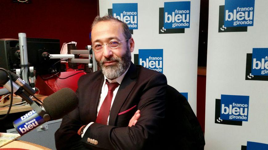 Tareq Oubrou dans le studio de France Bleu Gironde