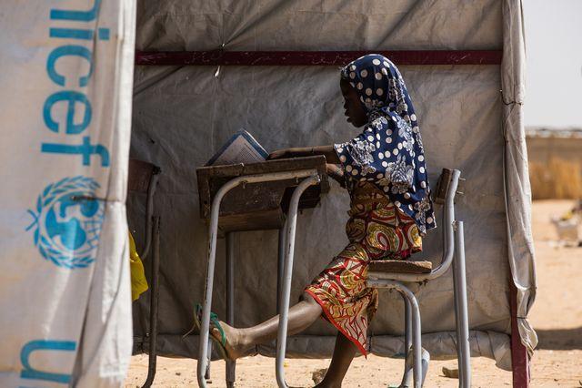 Une élève étudie au sein d'une des classes temporaires de l'école N'Guel Madou-Maï à Diffa