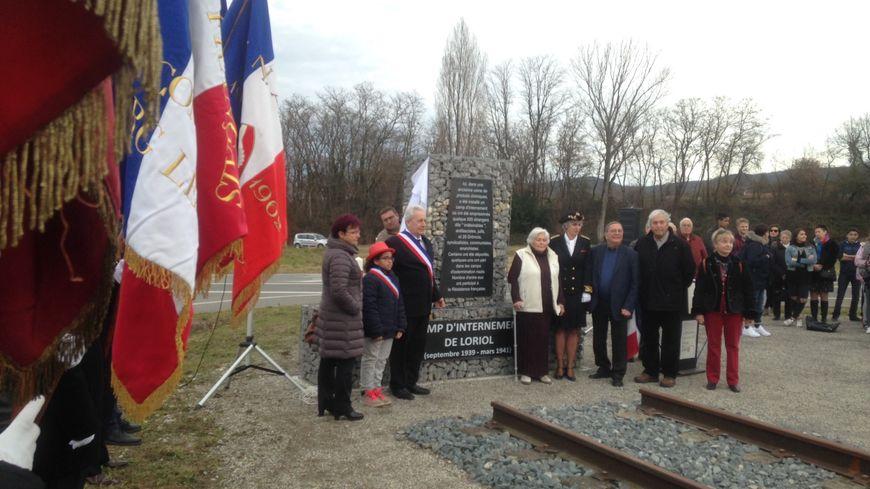 """Une stèle érigée en mémoire des quelques 500 """"indésirables"""" internés dans le camp de Loriol durant la Seconde Guerre Mondiale"""