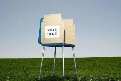 """""""Votez ici"""" peut-on lire sur cet isoloir, perdu au milieu des prés"""