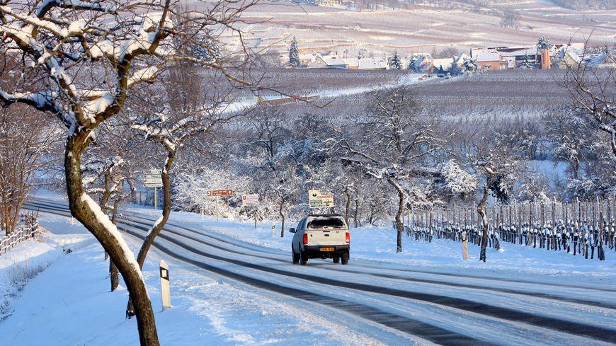 La route des vins enneigée.