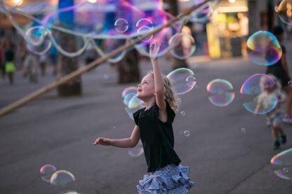 Petite fille qui joue avec des bulles de savon