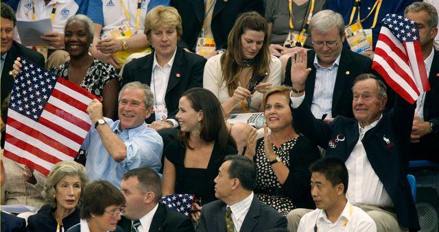 George W. Bush (g) et son père George H.W.Bush (dr) aux JO de Pékin en 2008