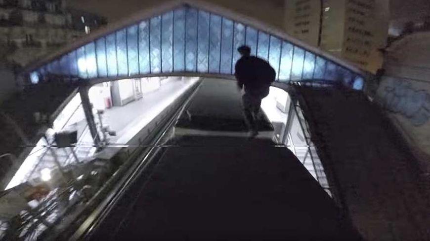 Les adeptes du trainsurfing se filment en train de courir sur le toit du métro à Paris.