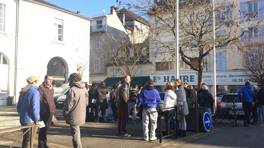 Une quarantaine de personnes se sont rassemblées à Oloron pour dénoncer la violence dans la ville