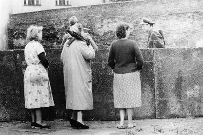 Des femmes regardant vers Berlin est pendant la construction du mur - Août 1961