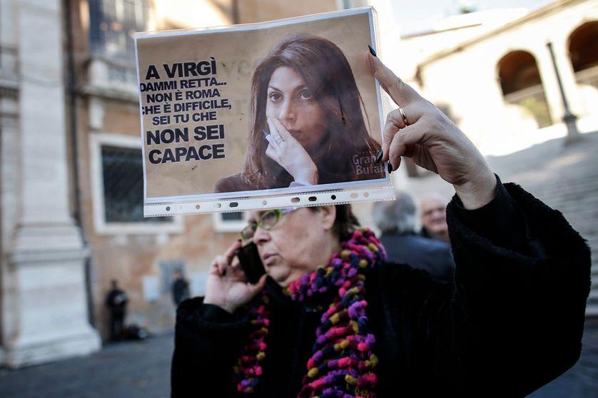 Manifestante contre Virginia Raggi le 16 décembre 2016, à Rome