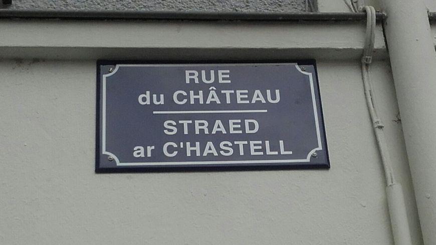 La première plaque de rue bilingue français-breton de la ville de Nantes