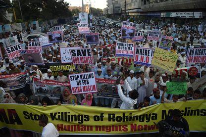 Manifestation à Karachi (Pakistan) le 9 décembre 2016. L'ONU a exhorté Aung San Suu Kyi à visiter le nord de l'état de Rakhine où l'armée est accusée d'avoir procédé à une répression brutale contre la minorité rohingya musulmane.
