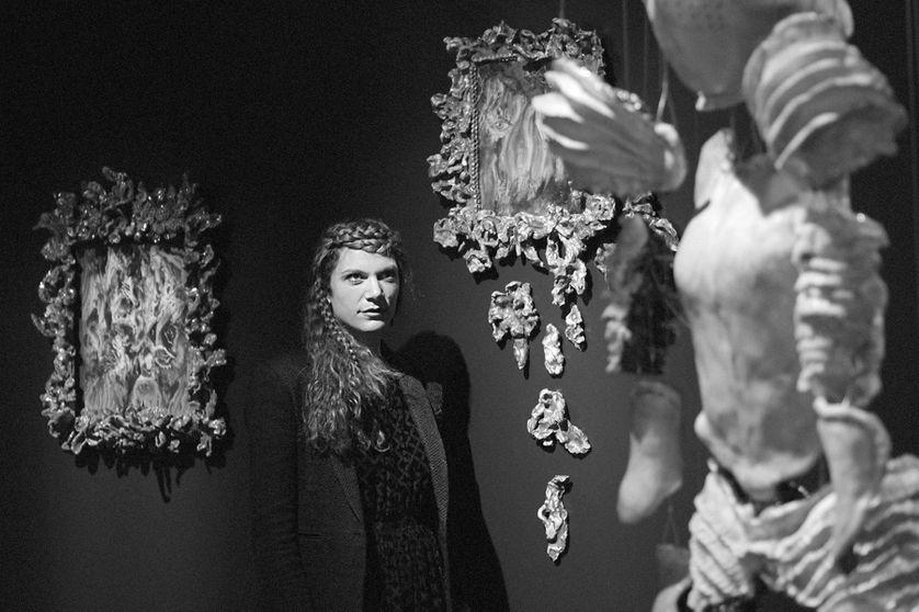 """Sarah Jérôme entourée de ses oeuvres """"Surrender"""" et la série «Les Jardins», à la galerie Da-End"""