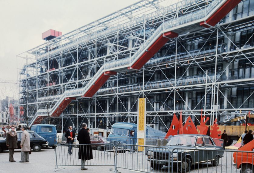 Des ouvriers travaillent, le 26 janvier 1977, sur les tubes d'escalators du centre national d'art et de culture Georges Pompidou à Paris, que le président Valéry Giscard d'Estaing doit inaugurer à la fin du mois.
