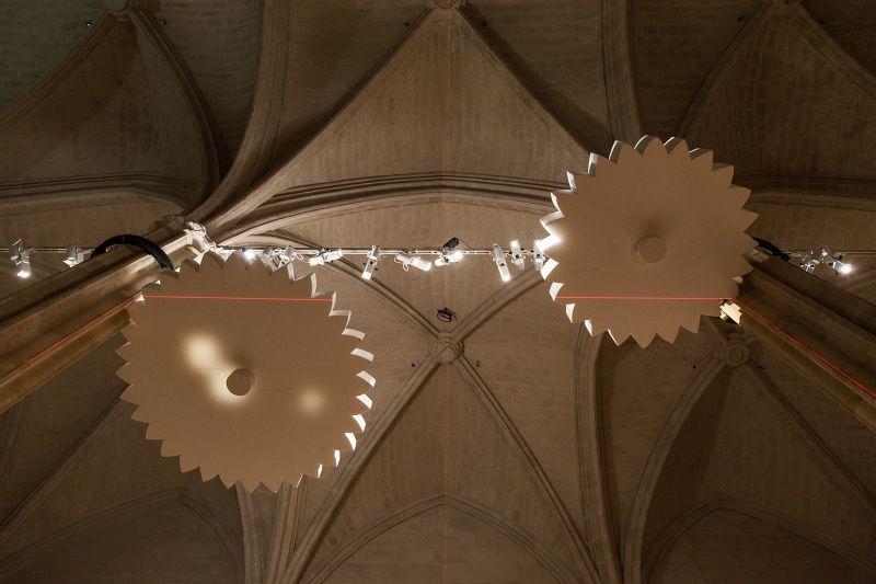 """""""Les développantes du cercle"""", 2015. 250 x 175 x 20 cm. Deux disques en polystyrène, acier, roulements, moteurs.Production pour le Collège des Bernardins"""