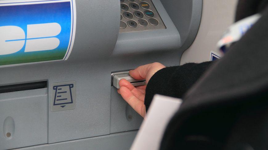 Au moment des faits, la banquière retirait l'argent de ses clients avec une carte spéciale