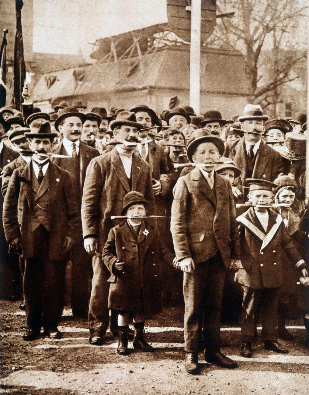Pour manifester leur sympathie à l'égard de la Révolution soviétique, des ouvriers parisiens manifestèrent, le 01/05/1919, avec des couteaux entre leurs dents.