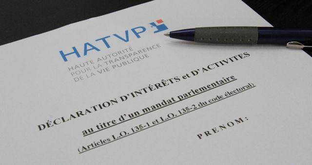 Les lois du 11 octobre 2013 relatives à la transparence de la vie publique imposent aux élus une déclaration d'intérêts, notamment.
