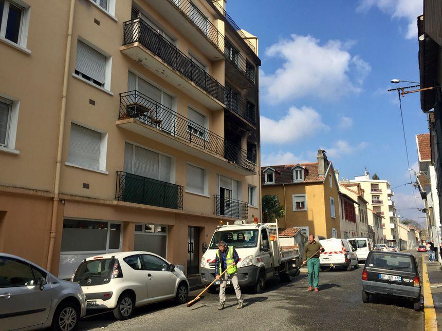 Du verre a été projeté sur plusieurs mètres rue Deveria à Pau
