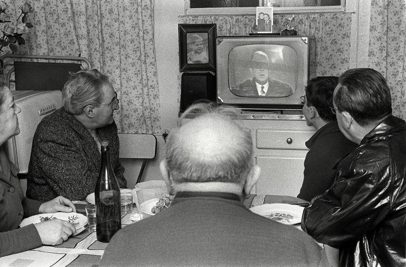 Une famille réunie devant un poste de télévision le 04 novembre 1960 à Paris regarde l'allocution du général de Gaulle