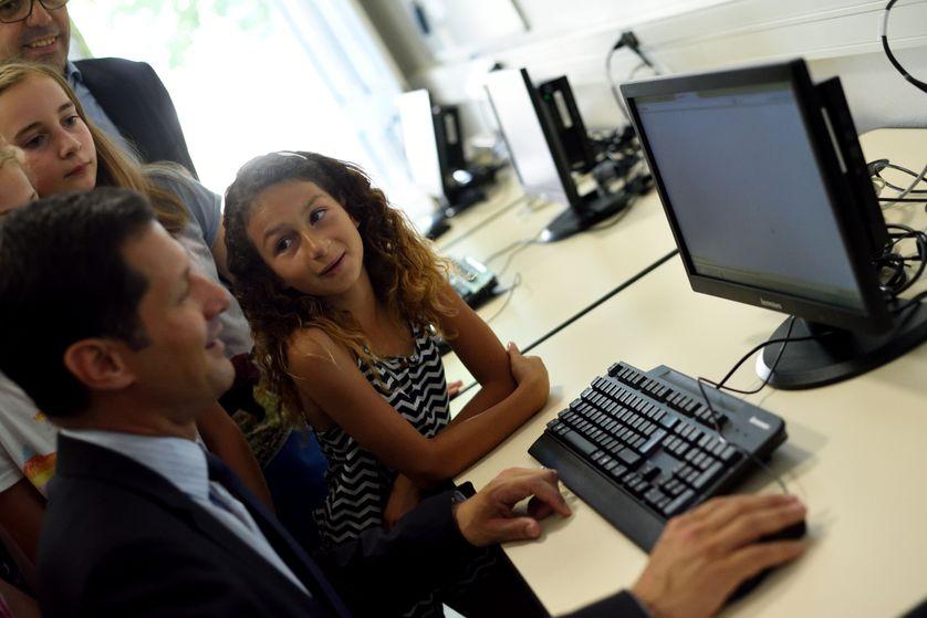 Une élève devant un nouvel ordinateur, Valence le 05/06/2015
