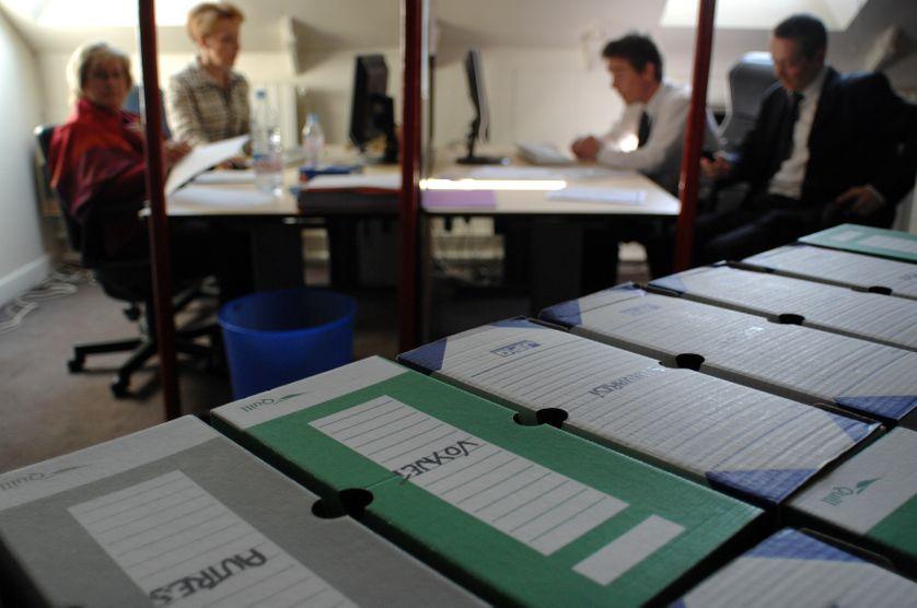 Des employés du Conseil Constitutionnel enregistrent des parrainages d'élus pour les candidats à l'élection présidentielle, le 13 mars 2007 à Paris.