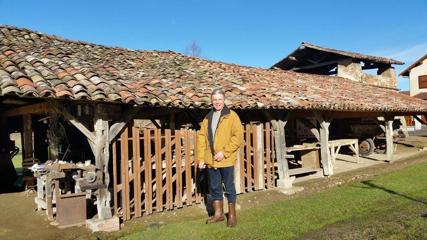 Gérard Bertrand devant l'ancienne tuilerie familiale à Doissin