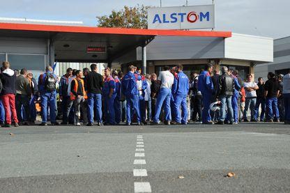 Les salariés d'Alstom implantés sur le site d'Aytre manifestent à La Rochelle à la suite de la fermeture de l'usine Alstom à Belfort le 27 septembre 2016.