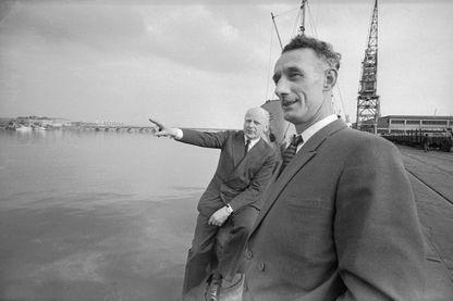 Bordeaux, 1966, Herbert Hasler et Bill Sparks rendent hommage à leurs compagnons perdus pendant l'Opération Frankton