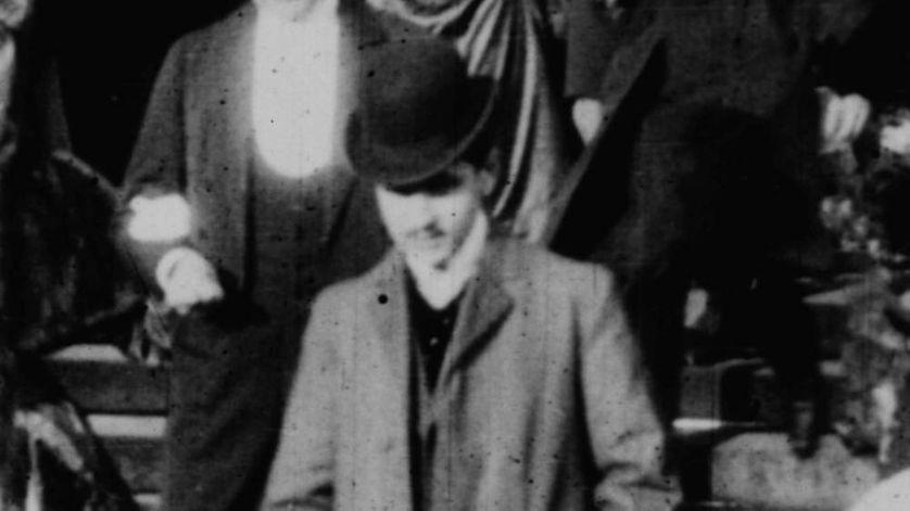Capture d'écran du moment ou Marcel Proust apparaît dans le film du mariage