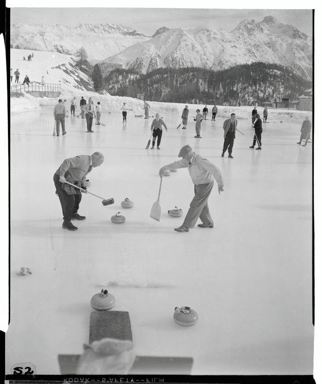 Le curieux sport du curling est à voir à St. Mortiz. Ici, au Kulm Hotel Curling Rink, les passionnés du jeu jouent devant les Alpes majestueuses