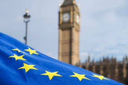 """Drapeau européen flottant devant """"Big Ben"""" à Londres durant un """"Flag Mob"""" en soutien au migrants présent sur le sol britannique le 20 février 2017"""