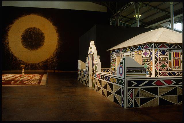 """Vue de l'exposition """"Magiciens de la Terre"""" à la Grande Halle de la Villette en 1989"""