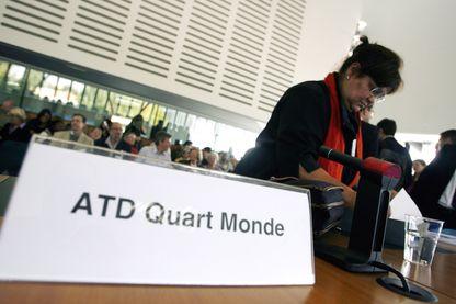 Une militante de l'association ATD Quart Monde attend l'ouverture, par le Comité Européen des Droits Sociaux