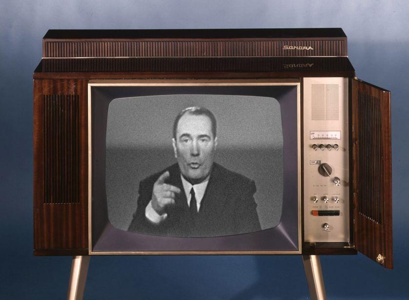 Poste de television. Modele du debut des annees 1960 avec Francois Mitterrand (1916-1996) lors d'un passage télévisé en 1967