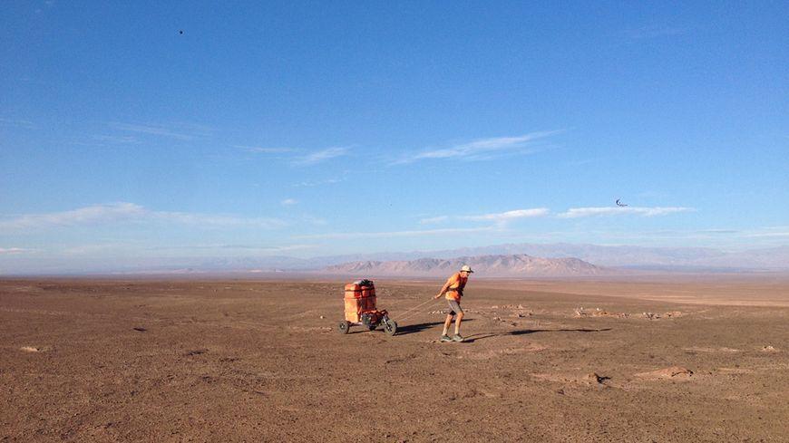 Charles Hedrich tracte un chariot de 150 kg dans le désert d'Atacama