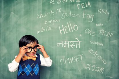 Un jeune enfant apprend à dire bonjour dans différentes langues
