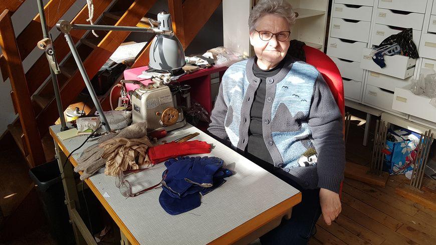 À 75 ans, Marie-Anne Jacquemoud-Collet prend sa retraite après 60 ans de carrière derrière une machine à coudre.