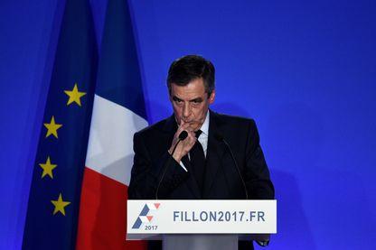 François Fillon lors d'une conférence de presse le 6 février 2017. Il y a annoncé maintenir sa candidature pour l'élection présidentielle française.