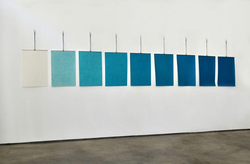 Le poids des couleurs, de 0 à 8 grammes (vert de cobalt)  2014-2015 Papier, crayons de couleur, balances murales Dimensions d'une feuille 37,5x54 cm Installation dimensions variables
