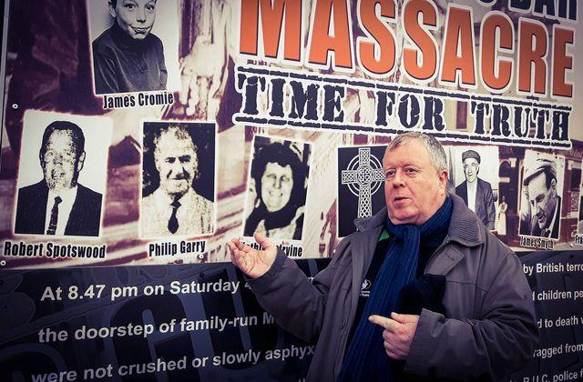Robert McClenaghan, ancien poseur de bombes de l'IRA, à côté du mémorial qu'il a construit