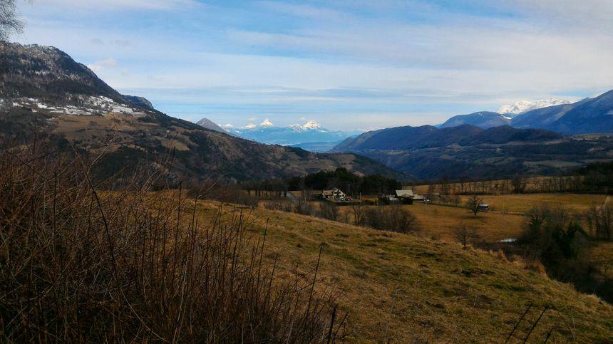 Sur les hauts du village, là où le loup rôde, la vue vaut le coup d'oeil.