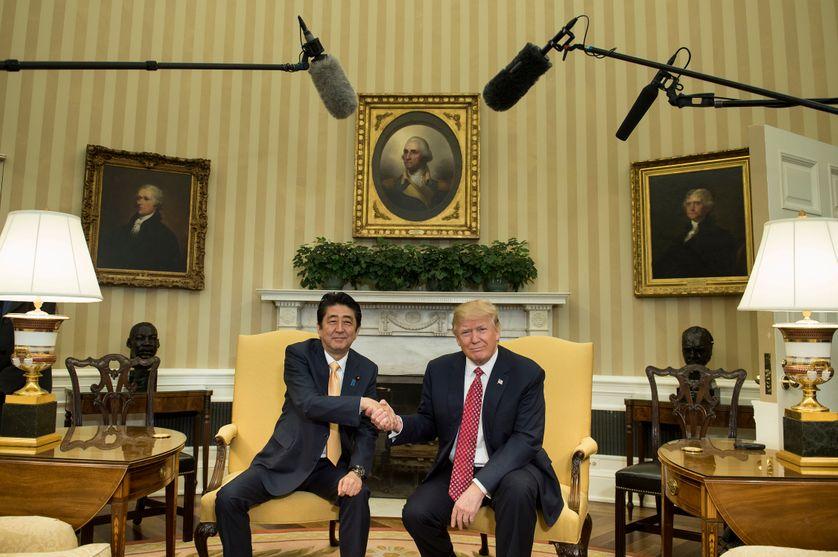 Poignée de mains entre Shinzo Abe et Donald Trump à la Maison Blanche