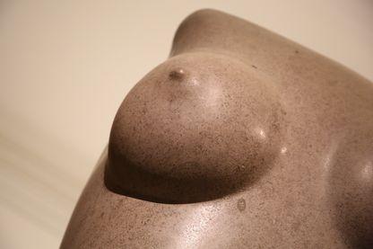 détail d'une statue d'Eric Gill au Victoria and Albert Museum