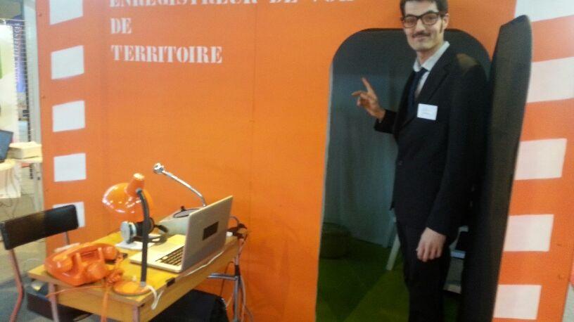 Gabriel Soulard, urbaniste, devant l'enregistreur de vol au Salon de l'Habitat à Mayenne