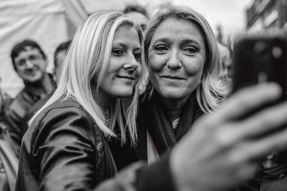 Extrait de la couverture de L'Illusion nationale, roman photo de Valérie Igounet, Vincent Jarousseau sur le FN