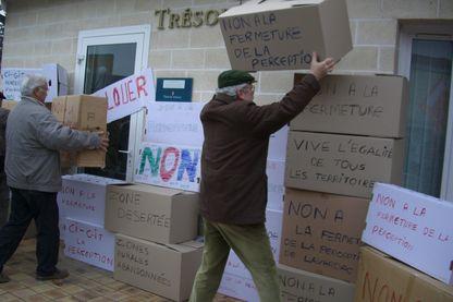 Manifestation des élus locaux contre la fermeture des services publics devant la perception de Lavardac.