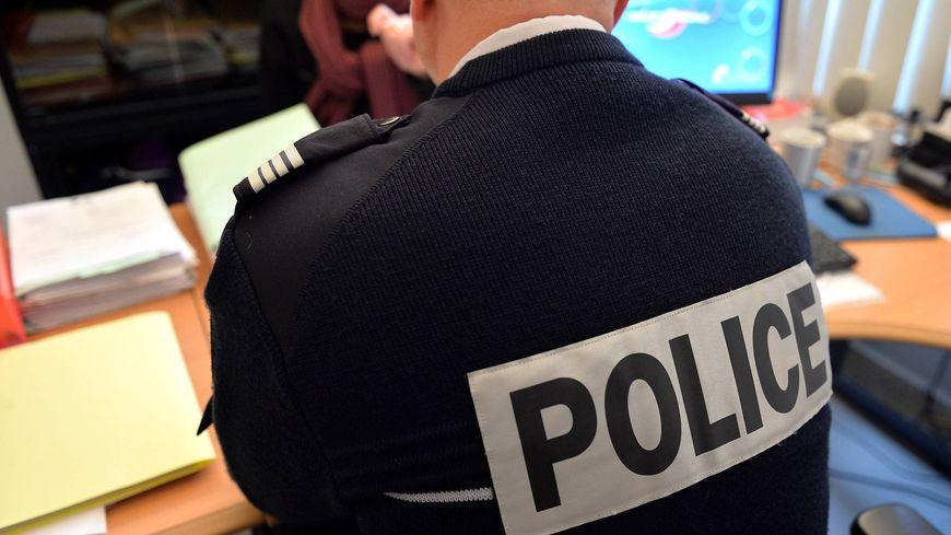 Un policier doit être en mesure de vous présenter sa carte de police