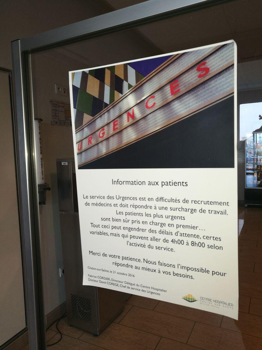 Des affichettes préviennent les usagers des difficultés rencontrées par le service des Urgences depuis quelques mois